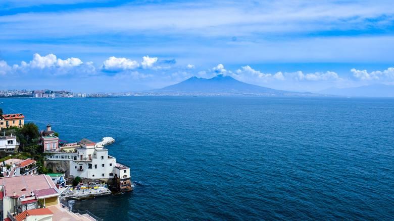 13. Neapol, Włochy. Od kwietnia do rozkładu wracają loty do Neapolu. Będą dwa razy w tygodniu, w poniedziałki i piątki. Lot trwa 2 godziny. Wylot jest