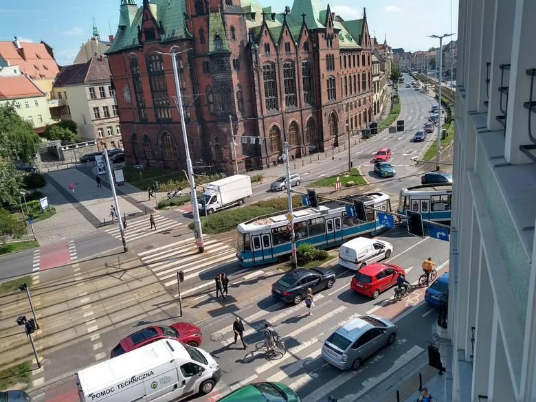 BMW zablokowało ruch tramwajów i samochodów w centrum [ZDJĘCIA]