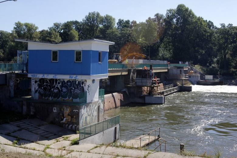 Do niedzieli włącznie zamknięta będzie kładka Opatowicka. Przypomnijmy, że jaz Opatowicki powstał w 1985 roku. Teraz wymienione zostaną zamknięcia sektorowe