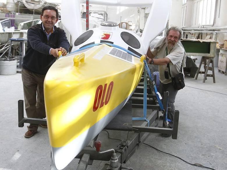 Aleksander Doba i Andrzej Armiński w poniedziałek wypchali kajak z hangaru stoczni jachtowej w Szczecinie.