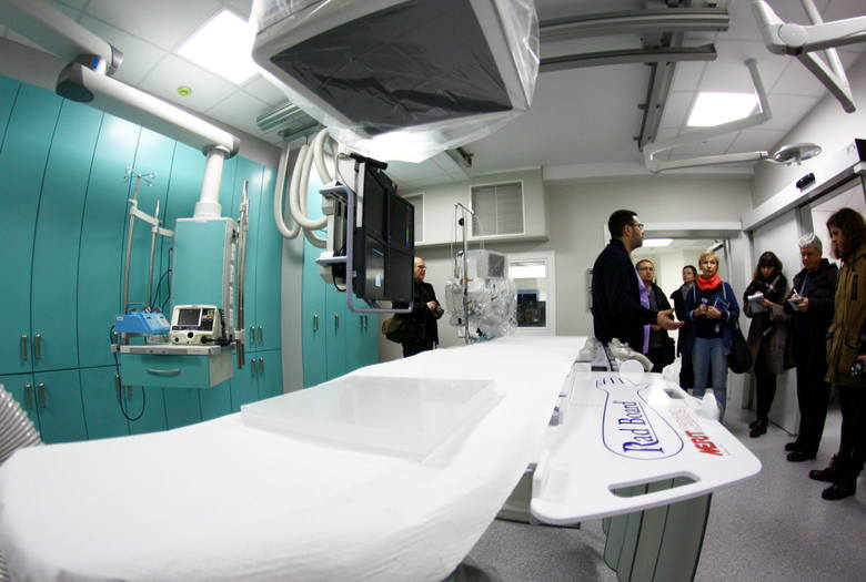 Kardiolodzy uzbrojeni w nowoczesny sprzęt ratują serca
