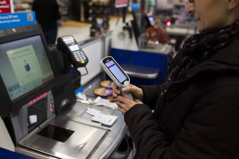 Zarobki kasjerów w dyskontach są coraz bardziej atrakcyjne.  Ile zarabiają kasjerzy w najpopularniejszych sklepach w Polsce? Sprawdziliśmy.Poznaj stawki