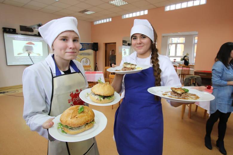 """Michał Jurecki nie mógł doczekać się karpia... w hamburgerze. W kieleckich """"garach"""" oceniał niebanalne dania (WIDEO, zdjęcia)"""