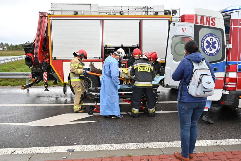Groźny wypadek na skrzyżowaniu w Sukowie. Kobieta w szpitalu [ZDJĘCIA]