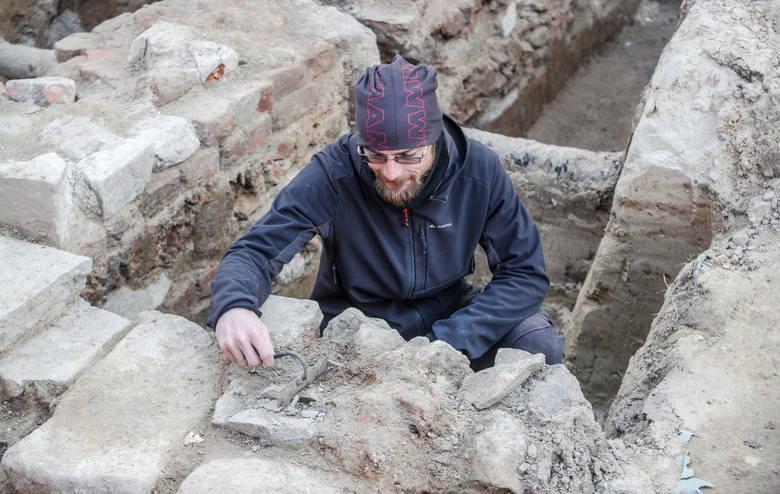 Na zdjęciu Tomasz Tokarczyk z Fundacji Rzeszowskiego Ośrodka Archeologicznego.