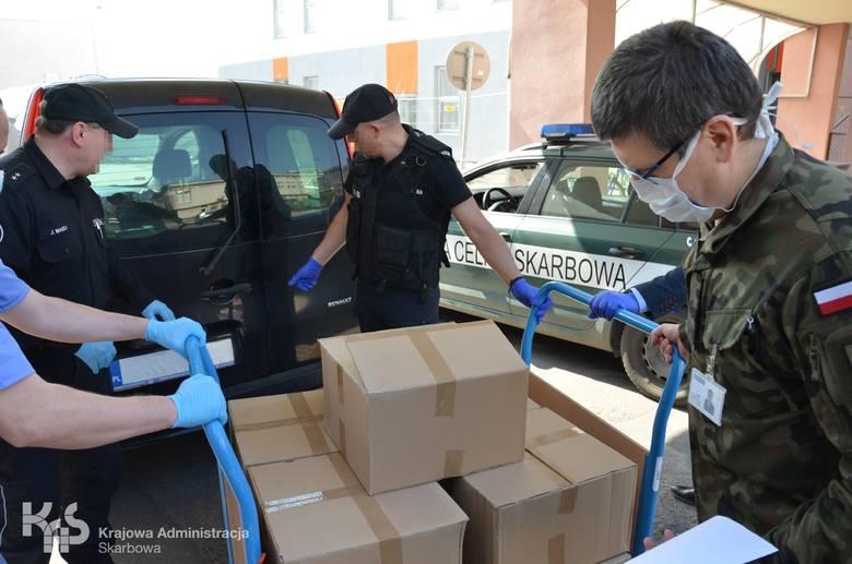 Alkohol do dezynfekcji funkcjonariusze kujawsko-pomorskiej KAS przekazali szpitalom 7 kwietnia w Światowym Dniu Zdrowia. Jednocześnie podziękowali medykom