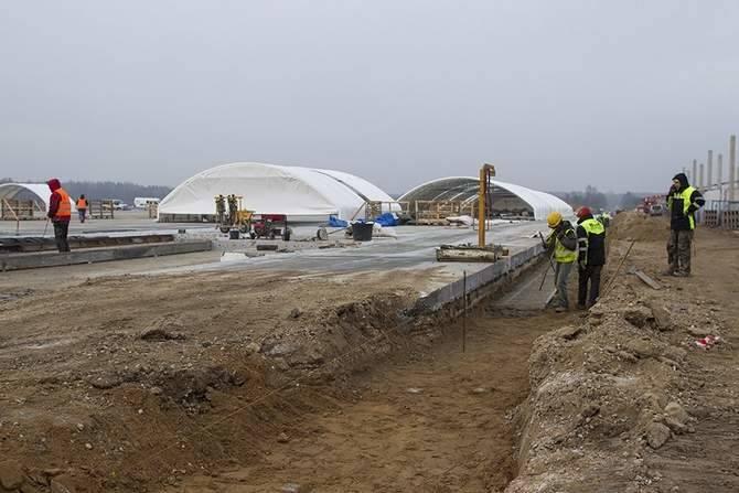 - Przedmiot umowy obejmuje m.in. budowę budynku terminala lotniskowego, wiaty technicznej z kotłownią olejową, budowę infrastruktury technicznej, małą architekturę i zieleń - wyliczają przedstawiciele spółki Warmia i Mazury odpowiedzialnej za budowę lotniska.