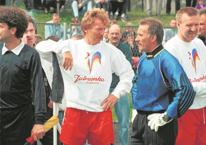 Dwaj przyjaciele i d wie legendy bydgoskiego Zawiszy -  Zbigniew Boniek (w środku)  i Andrzej Brończyk.