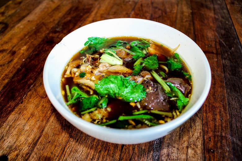 Zupa phở to jedno z najpopularniejszych dań kuchni wietnamskiej. Jest rodzajem rosołu z makaronem i dodatkami. Zgodnie z tradycją przyrządza się ją z