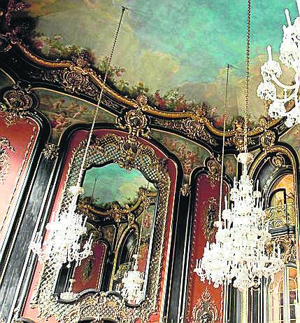 Słynne, umieszczone naprzeciwko siebie lustra w Sali Lustrzanej są wizytówką zamku. Każde z nich ma ponad 140 lat i ok. 14 mkw. powierzchni. Zostały dostarczone do Pszczyny z Paryża. Do dzisiaj zagadką jest, jak zostały tu przetransportowane  oraz jak je zamontowano.