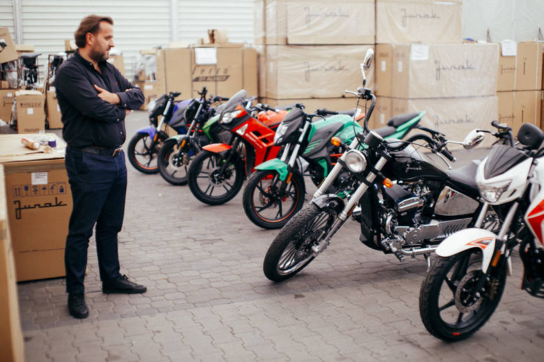 8 tysięcy różnych modeli motocykla marki Junak produkuje rocznie rodzinna firma Almot z Gniewkówca koło Złotnik Kujawskich. Na zdjęciu Mikołaj Sibora