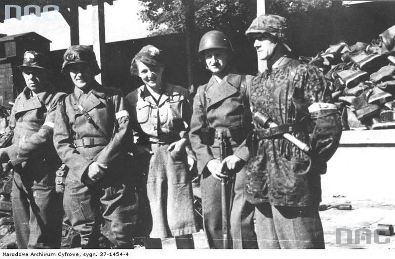 """Żołnierze Zgrupowania """"Radosław"""" na Woli. <font color=""""blue""""><a href=""""http://www.audiovis.nac.gov.pl/obraz/137580/""""><b>Zobacz zdjęcie w zbiorach NAC</b></a> </font>"""