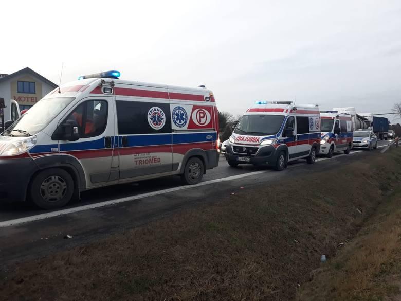 Do wypadku doszło w poniedziałek około godz. 15.30 na ul. Bujnowskiego w Pilźnie - to fragment drogi krajowej nr 73. W zderzeniu ciężarówki, dostawczaka