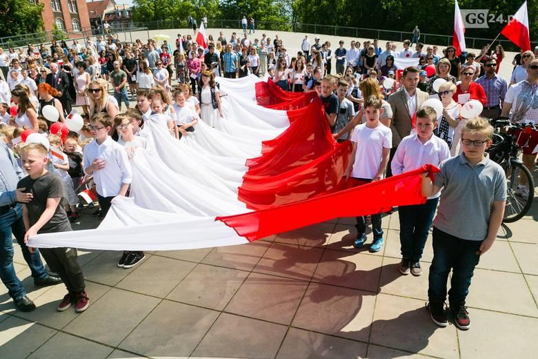 Obchody 4 czerwca w Szczecinie. Mieszkańcy wspólnie zaśpiewali hymn Polski na pl. Solidarności