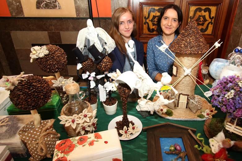 Magdalena Papros-Gołąb (z prawej) z córką Anną przyjechały z Miedzianej Góry. Na tym stoisku uwagę zwracały ozdoby z kawy.