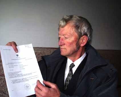 Włodzimierz Podyma, wójt Lutowisk, pokazuje wyrok NSA z listopada 2002 r., nakazujący Ministerstwu Finansów wypłatę rekompensaty dla gminy.