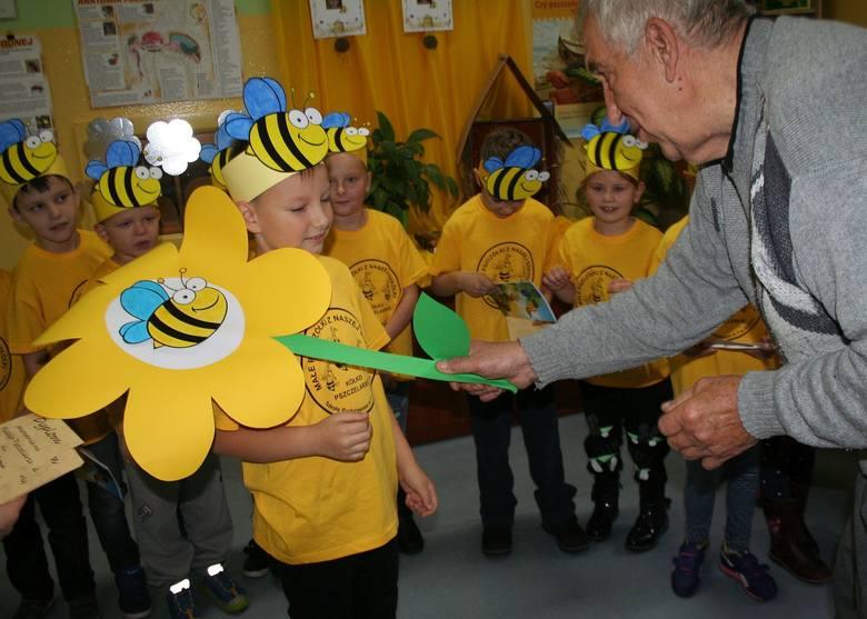 Młodzież z kółka pszczelarskiego, działającego przy SP7 w Świeciu, została dziś pasowana na pszczelarzy. Dokonał tego uroczyście Czesław Wejner, prezes