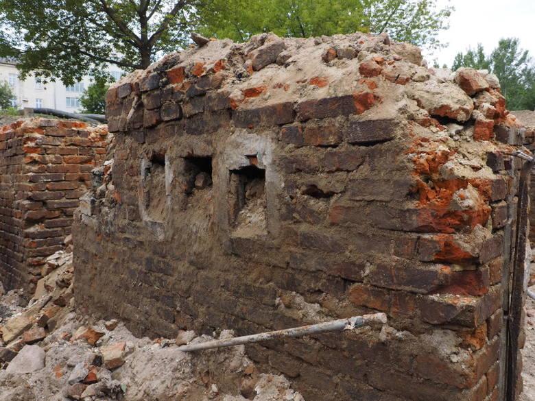 Kraków. Mury odsłonięte przez archeologów na placu budowy przy ul. Lubicz. Będzie więcej znalezisk?