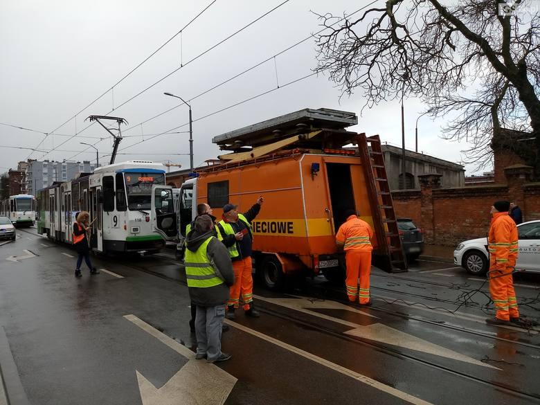 Szczecin. Konar drzewa spadł na trakcję tramwajową. Są utrudnienia