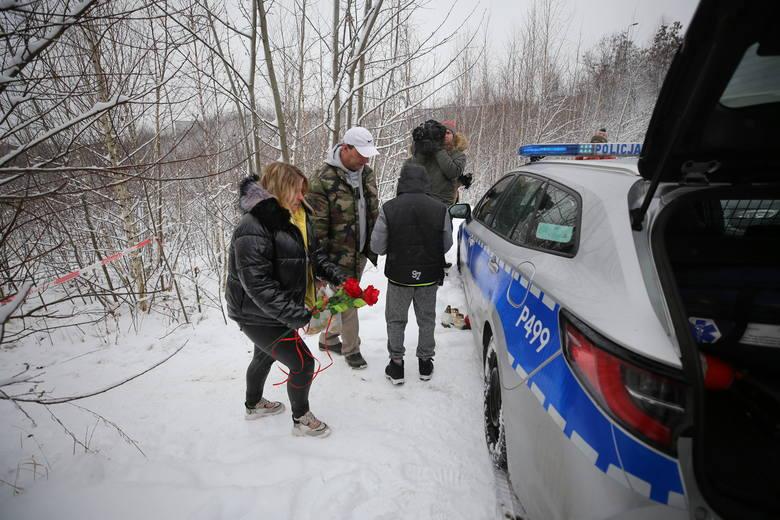 Rodzice zamordowanej Patrycji pojawili się w miejscu, w którym zginęła ich córka. Policja jeszcze prowadziła tam czynności śledczeZobacz kolejne zdjęcia.