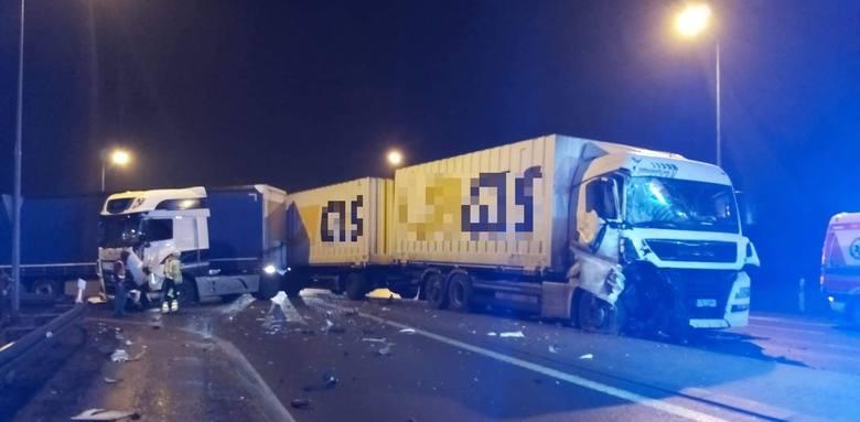 Dziś wieczorem doszło do bardzo groźnego wypadku w Nakle nad Notecią. Zderzyły się dwa samochody ciężarowe. Jeden z kierowców wymagał pomocy ratowników
