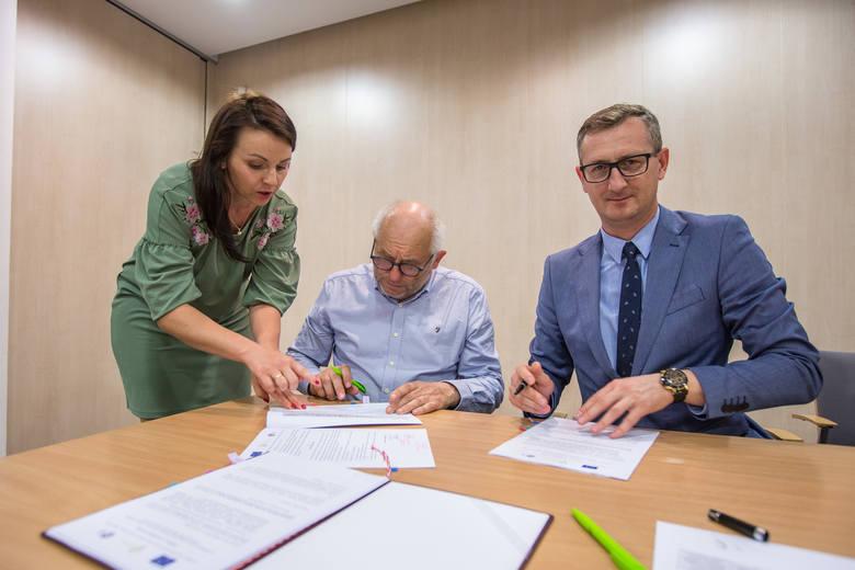 Mają to na papierze, będzie wsparcie dla 9 projektów. Umowy z beneficjentami podpisał w Urzędzie Marszałkowskim w Toruniu Dariusz Kurzawa, wicemarszałek.Lista