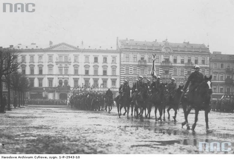 Defilada kawalerii na placu Saskim w Warszawie