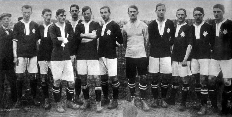Co ciekawe, nie zawsze była to gwiazda pięcioramienna. Wyraźnie widać na zdjęciu drużyny z lat 1911-1912, gdzie ramion na białej gwieździe jest aż o
