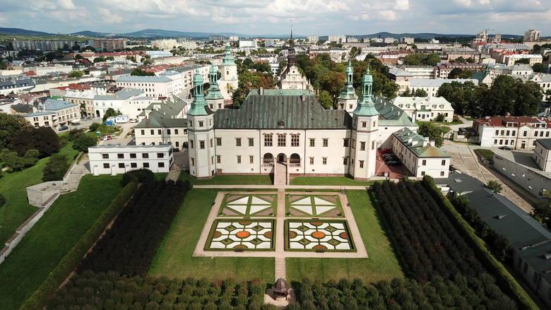 Pałac Biskupów Krakowskich w Kielcach to jeden z najważniejszych zabytkowych obiektów w mieście. To właśnie z nim stolica województwa świętokrzyskiego przez większość jest kojarzona.