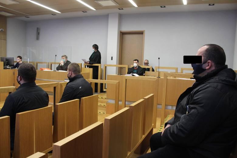 Tomasz L i inni oskarżeni na sali rozpraw Sądu Apelacyjnego w Krakowie