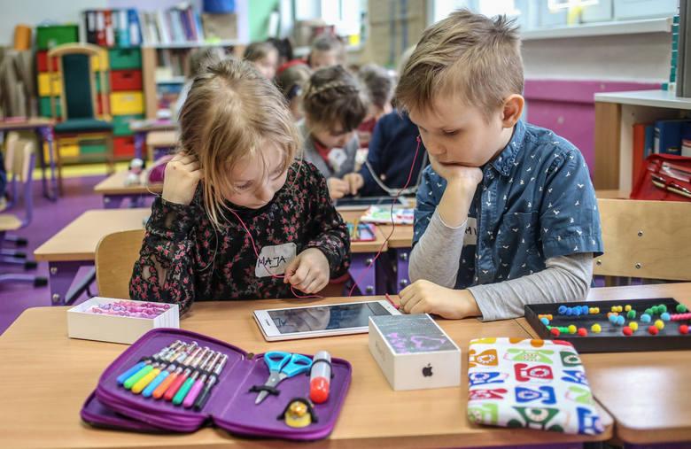 Pomorze: Uczniowie klas 1-3 wrócili do szkół. Dzieci się cieszą, rodzice martwią o przeładowanie materiałem. Jak poradziły sobie szkoły?