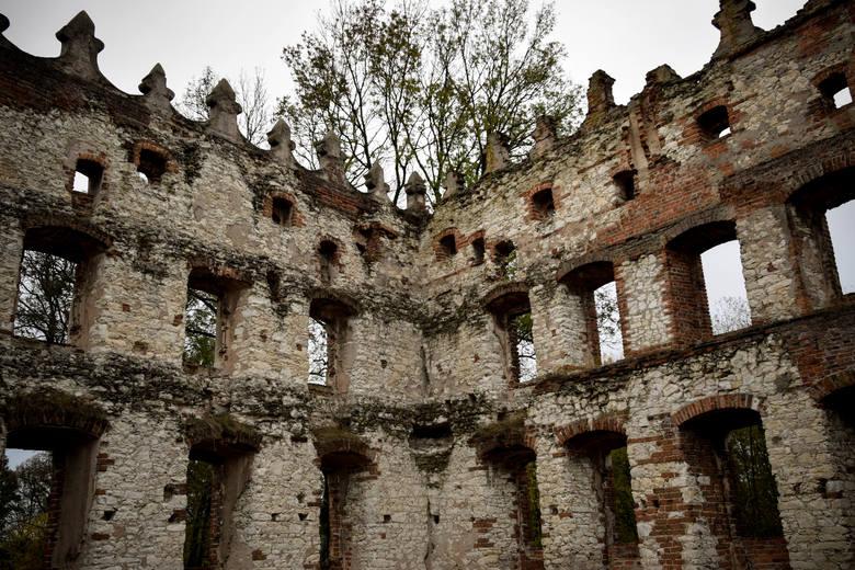Niektórzy twierdzą, że w ruinach ukazuje się Biała Dama albo tajemniczy szlachcic