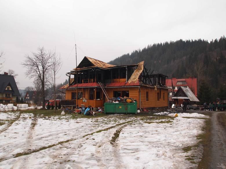 Maria Stasik przy swoim spalonym domu