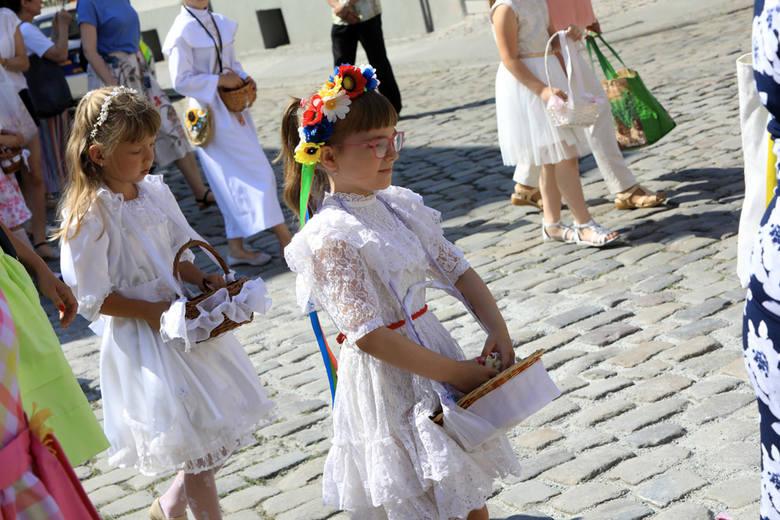 Boże Ciało to jedno z najważniejszych świąt w Kościele Katolickim. Tego dnia ulicami miast przechodzą uroczyste procesje, wierni modlą się przy czterech
