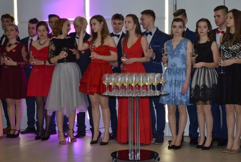 W sobotę uczniowie z II Liceum Ogólnokształcącego im. W. Andersa zatańczyli poloneza. Bal studniówkowy mieli w sali bankietowej Bladowie. Były piękne