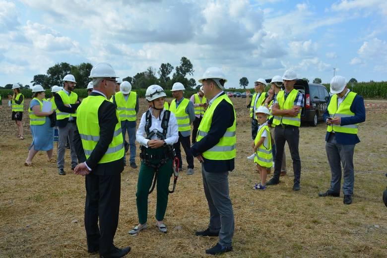 Jadwiga Emilewicz odwiedziła wielkopolską farmę wiatrową w środę, 29 lipca. W pewnym momencie wicepremier wjechała na szczyt 100-metrowej turbiny wiatrowej