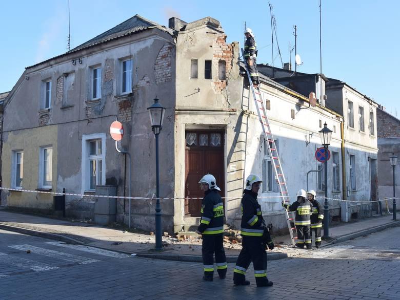 Ludzie zaalarmowali strażaków, że z dachu zrujnowanego budynku spadają cegły. Strażacy, pod okiem Powiatowego Nadzoru Budowlanego w Świeciu, usuwają