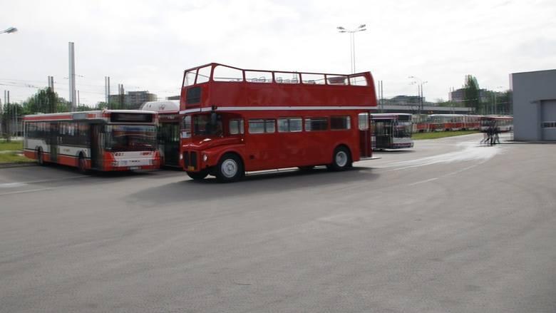 """Częstochowa: MPK ma drugiego """"londyńczyka"""". Drugi pojazd nie ma dachu, a MPK go wypożyczyło ZDJĘCIA"""