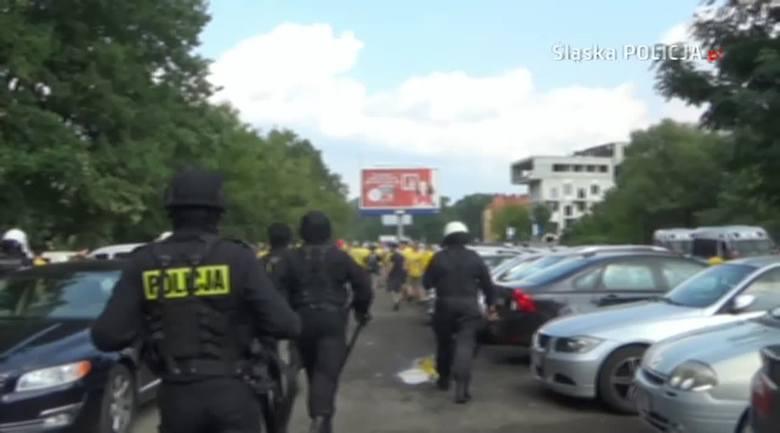 Przed wczorajszym meczem pomiędzy GKS-em Katowice i Odrą Opole policjanci musieli użyć środków przymusu bezpośredniego wobec agresywnych szalikowców.