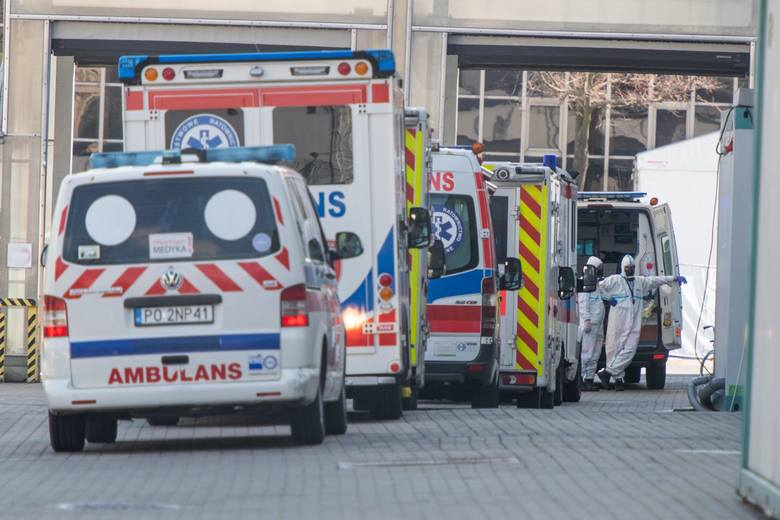 - Ostatniej doby do szpitali na oddziały covidowe trafiło ponad 800 osób- poinformował wiceminister zdrowia.