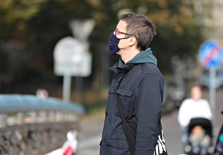 10.10.20 krakowkrakow z zoltej strefie ludzie w maseczkach na ulicach  n/z: fot. aneta zurek / polska pressgazeta krakowska
