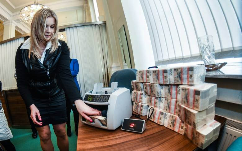 Jeden z najpopularniejszych banków w Polsce rozważa wprowadzenie opłat za przetrzymanie na rachunkach bankowych pokaźnych sum pieniędzy! O jaki bank