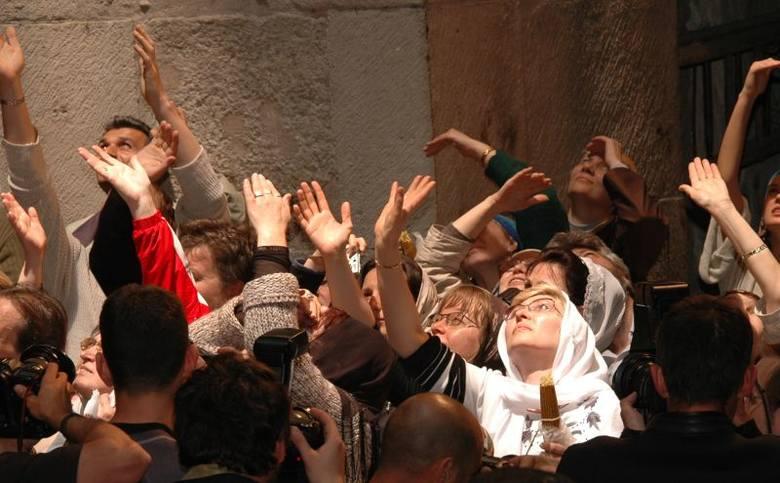 Święty Ogień zstępuje do wiernych