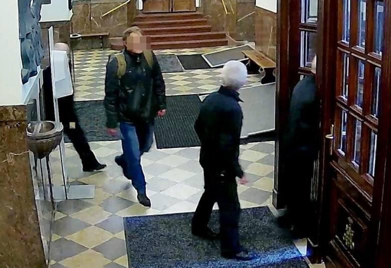 Uderzył pięścią w twarz pracownika Straży Jasnogórskiej, bo zwrócił mu uwagę na brak maseczki.Zobacz kolejne zdjęcia. Przesuwaj zdjęcia w prawo - naciśnij