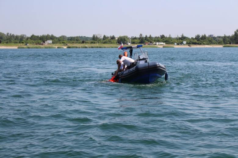 Tarnobrzeg. Mocno pijani pływali rowerem wodnym po Jeziorze Tarnobrzeskim. Jeden z nich wskoczył do wody, miał ponad 3 promile alkoholu