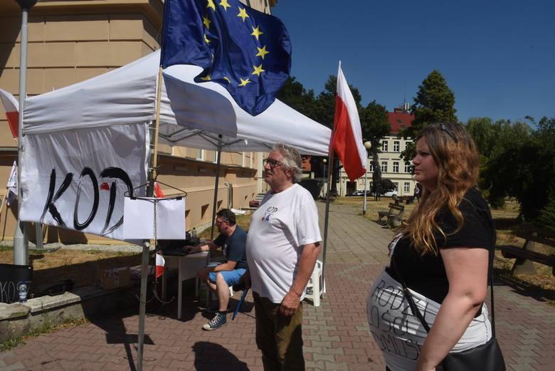 W obu lubuskich stolicach grupy mieszkańców protestowały wczoraj w obronie wolnych sądów, praw kobiet i demokracji.  Przed zielonogórskim sądem zebrało