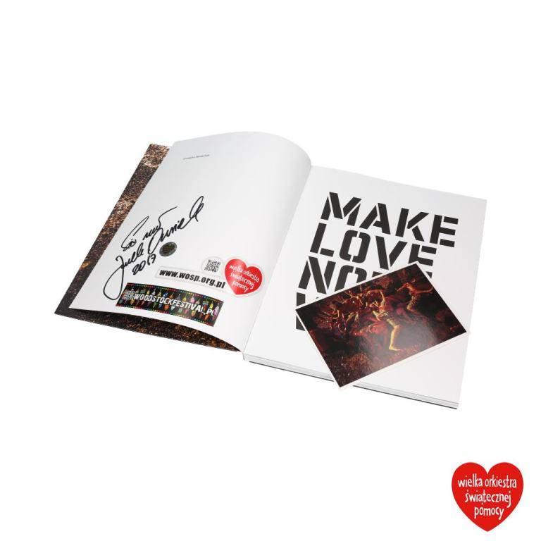 """Przepiękny, podpisany przez Jurka Owsiaka, album """"Make Love Not War"""" ze zdjęciami Grzegorza Dembińskiego (fotoreportera """"Głosu Wielkopolskiego"""") wykonanymi podczas Przystanku Woodstock.<br /> <br /> Obecna cena: 31 zł<br /> [b][a]http://aukcje.wosp.org.pl/album-make-love-not-war-i3907483;Link..."""