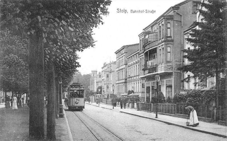 Są to stare archiwalne zdjęcia pokazujące Słupsk, jakiego nie znamy. Miejsca, których często już nie ma i ludzi, którzy odeszli w zapomnienie.
