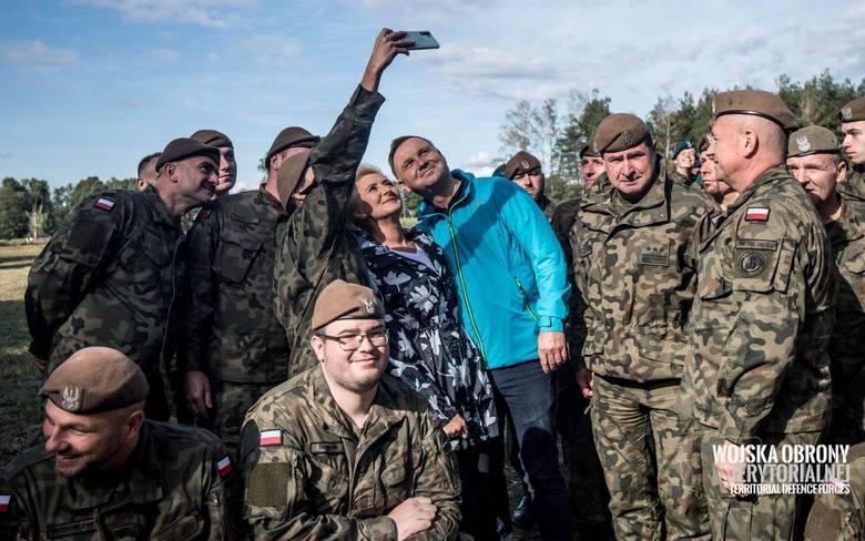 Ostrów Maz. Żołnierze 5. Mazowieckiej Brygady Obrony Terytorialnej sprzątali las wraz z Parą Prezydencką. Wzięli udział w akcji SprzątaMY.