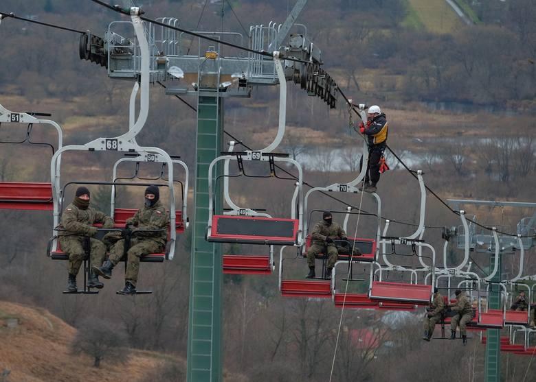 W czwartek na stoku narciarskim w Przemyślu, odbyła się pozorowana ewakuacja 17 pasażerów górnej kolei linowej. Ćwiczyli strażacy z Przemyśla, Rzeszowa,